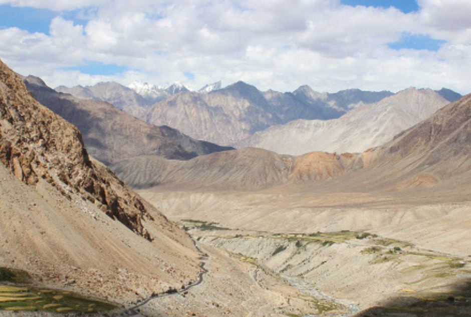 La vallée de la Noubra entourée de montagnes où vivent les léopards des neiges.